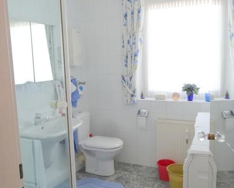 1. Badezimmer mit Dusche