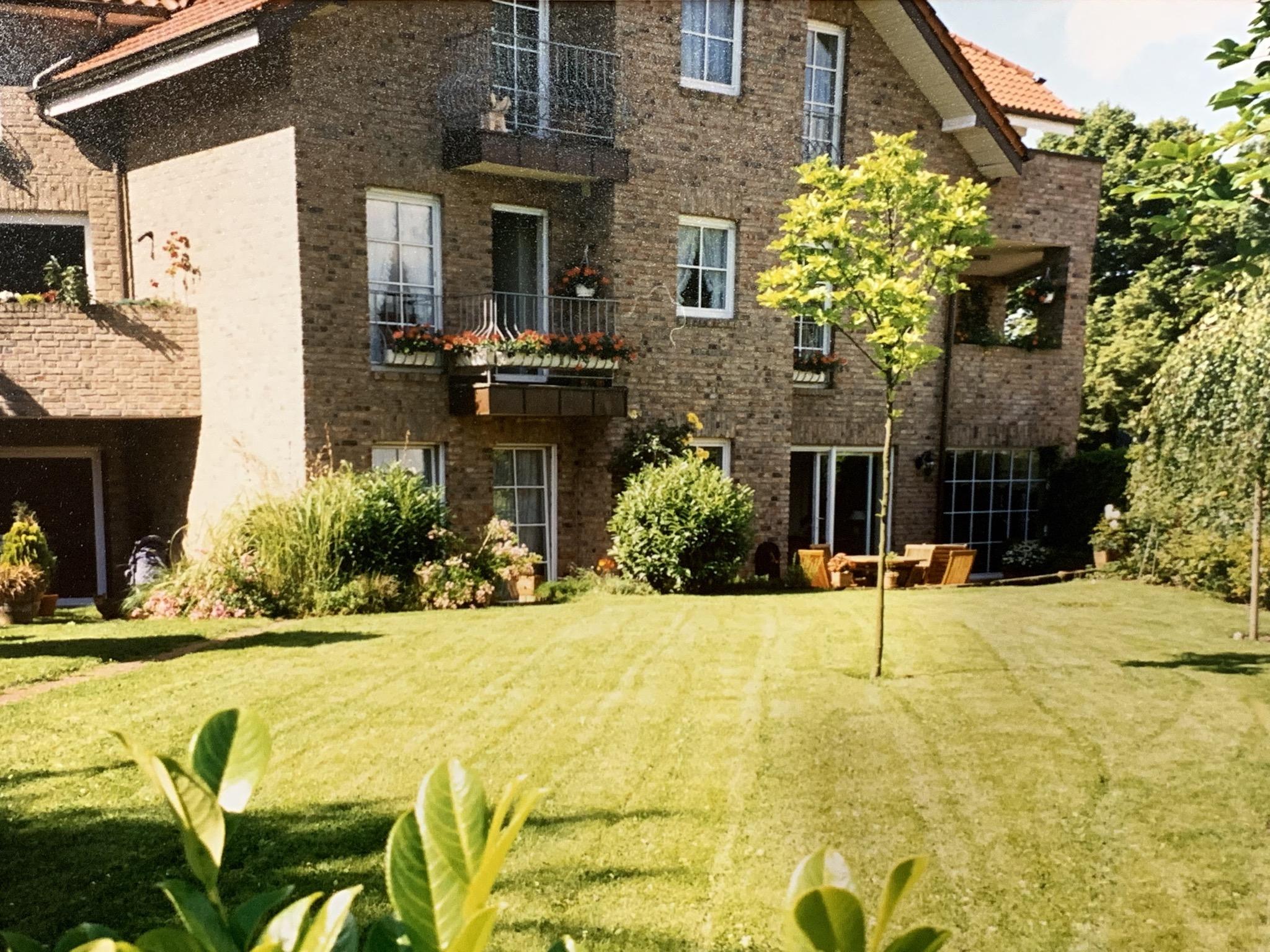 Traumwohnung mit großer Sonnenterrasse und Gartennutzung + Garage direkt am Rhein in Düsseldorf-Hamm