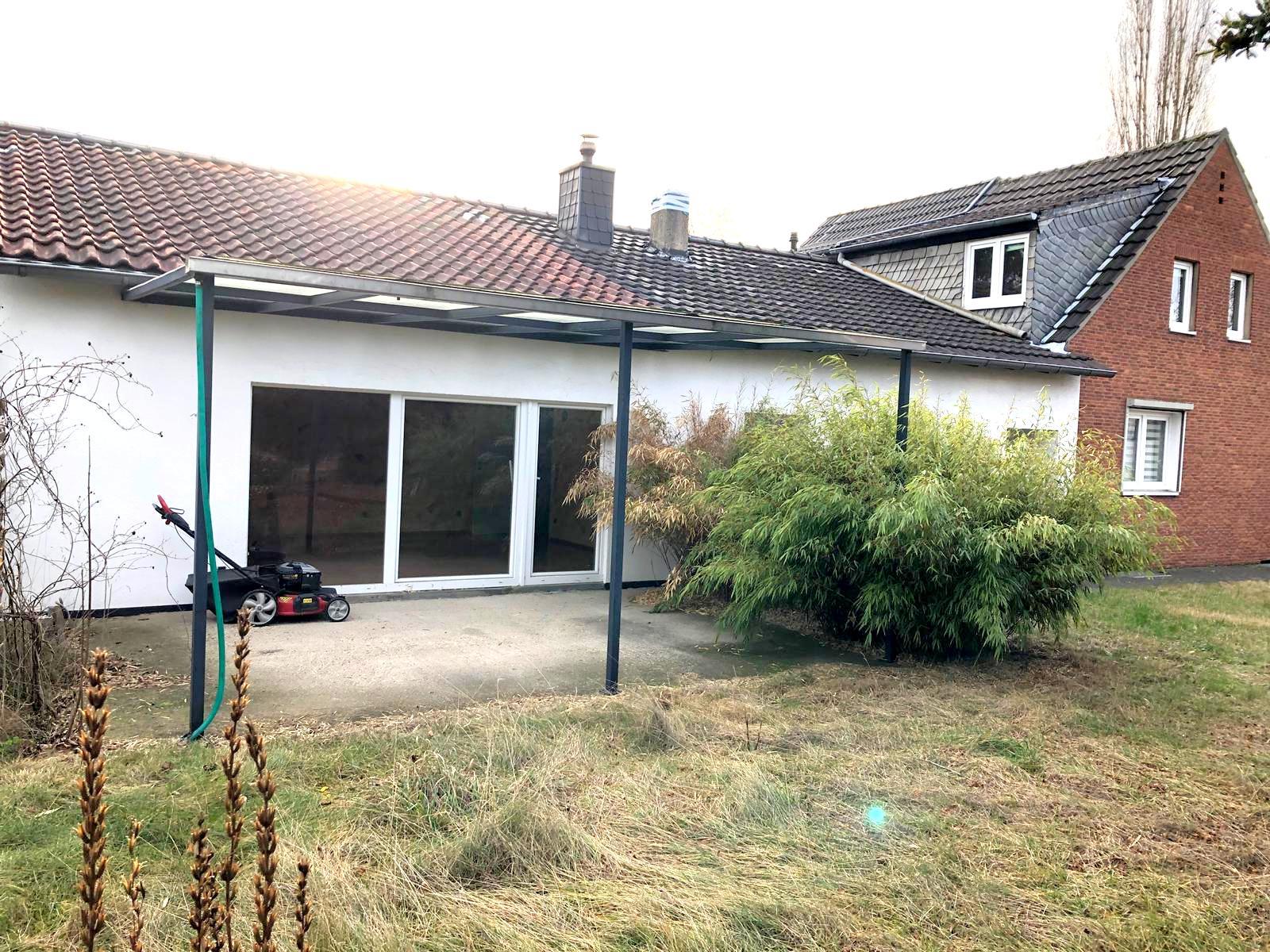 DHH in der Vogelsiedlung mit großzügigem Gartengrundstück (für etwaigen Neubau oder Anbau geeignet), mit Garage + Stellplätzen