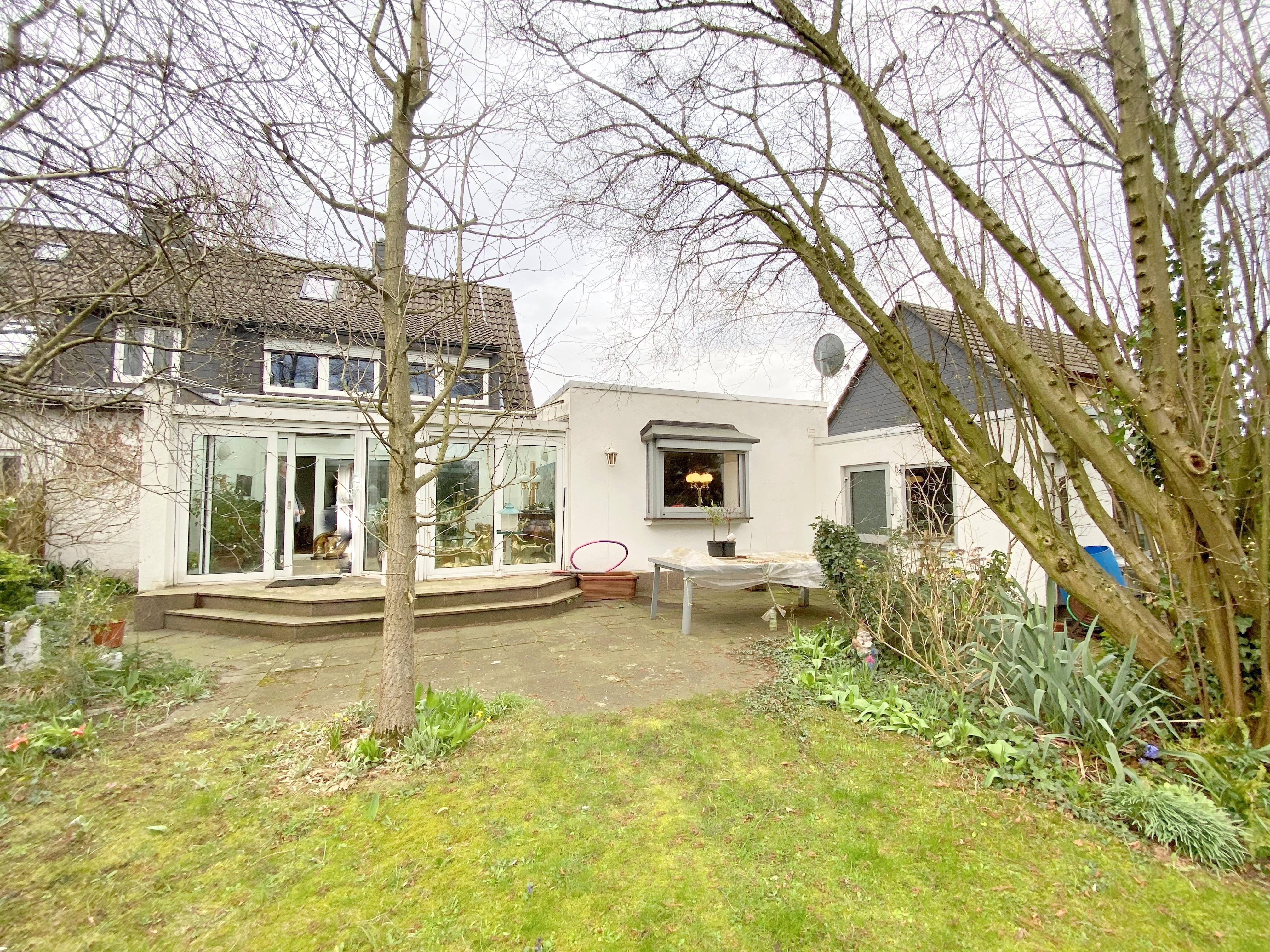 Einfamilienhaus (DHH) mit Einliegerwohnung und großem Gartengrundstück + Garage in der Vogelsiedlung in Unterrath/Grenze Stockum