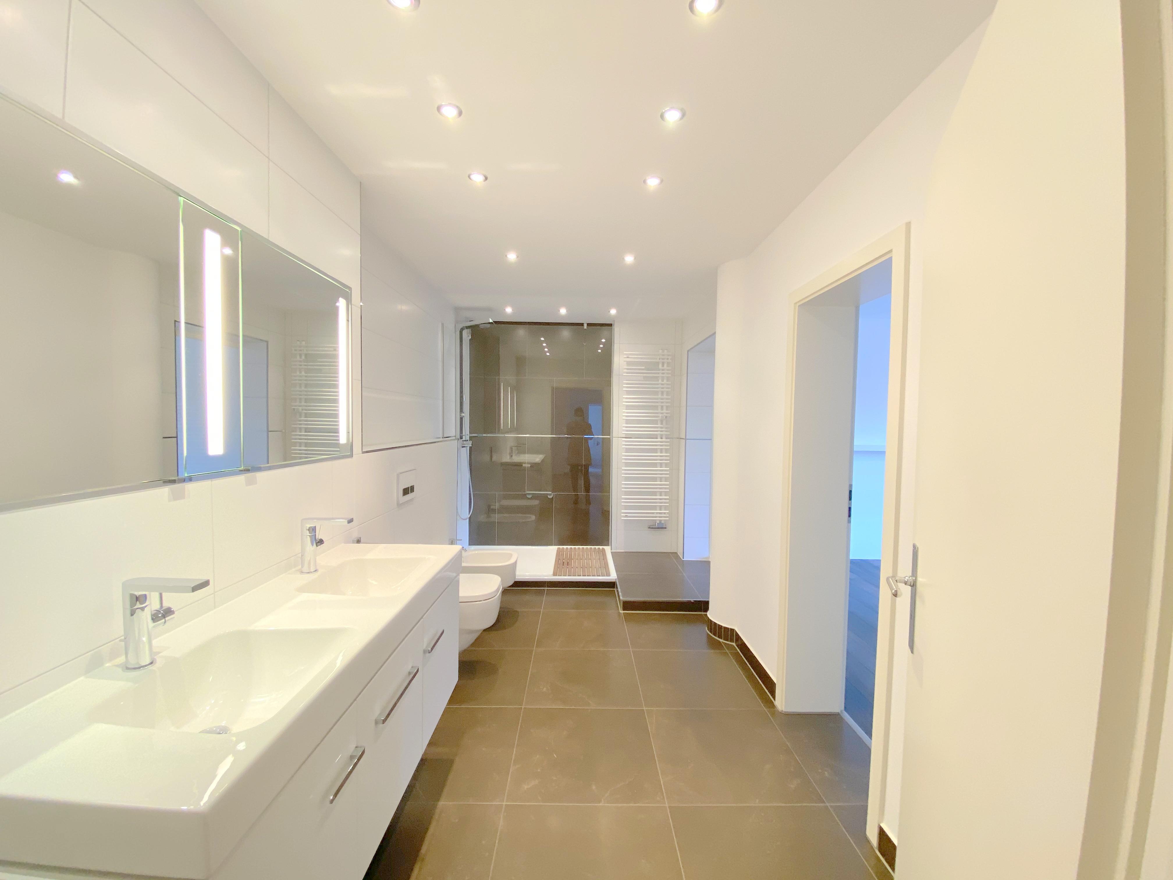 Haus-im-Haus-Stil: Exklusive Maisonette-Wohnung mit 2 Balkonen, Garten-Alleinnutzung + Garage in Unterrath